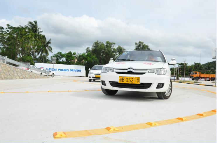 青年驾校和海南三亚南端汽车陪练有限公司哪个好?